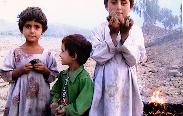 Името на детето, чието лице ще преследва операторите на дронове, е неизвестно. По данни на Foundation for Fundamental Rights, детето от снимката е изгубило родителите си при нападение от дрон.